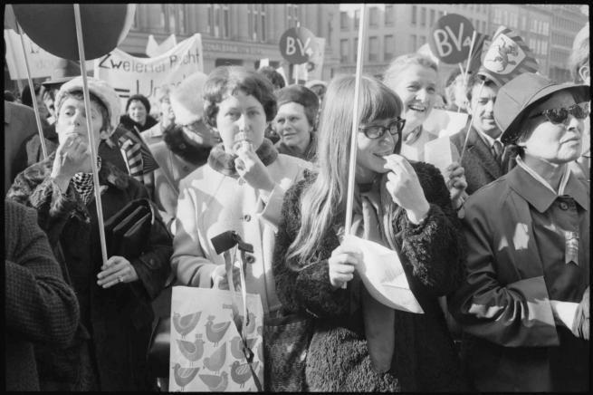 Siegfried Kuhn © StAAG/RBA1-1-6397_2 Bildlegende: Mit Trillerpfeifen demonstrieren Schweizer Frauen beim Marsch nach Bern für ihre Gleichberechtigung, 1.3.1969