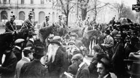 Les troupes fédérales faisant face aux grévistes sur la Paradeplatz, à Zurich, le 7 novembre 1918. Image Keystone, tirée de l'édition de la Luzerner Zeitung du 29 janvier 2018